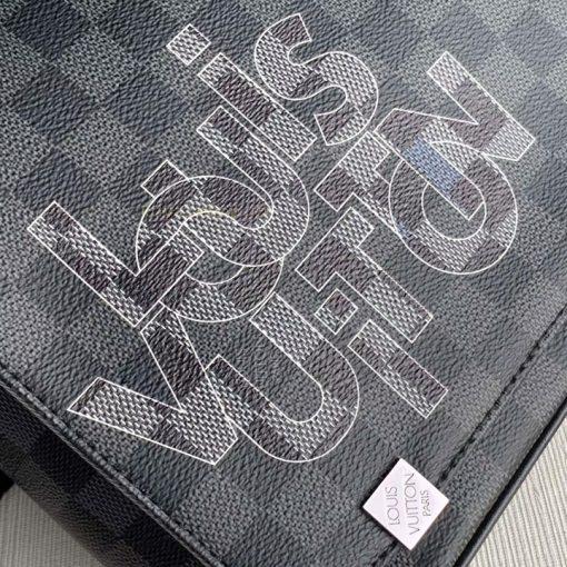 Tên thương hiệu Louis Vuitton được in phun tĩnh xảo trên da túi