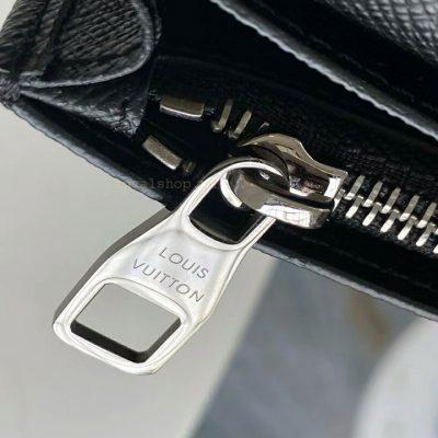 Tên thương hiệu Louis Vuitton được khắc rõ nét trên mặt khóa