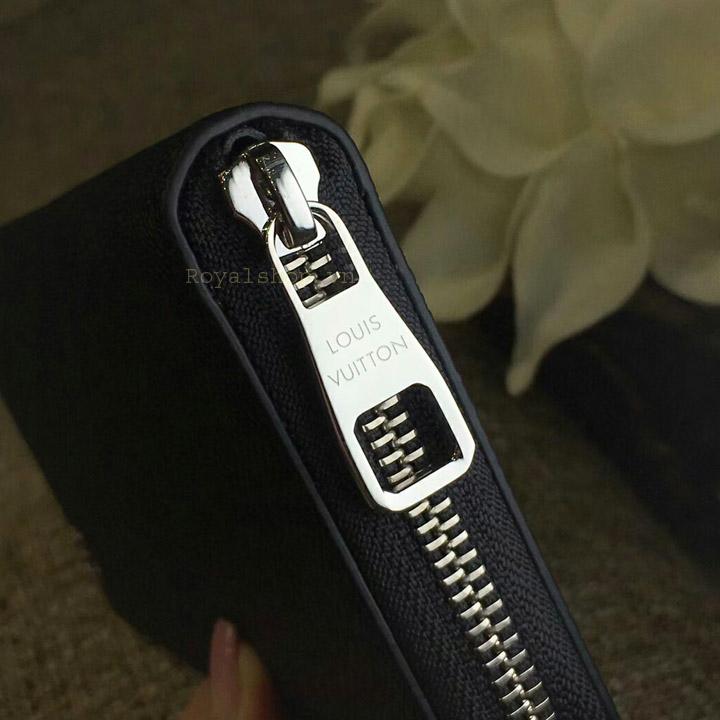Tên thương hiệu Louis Vuitton được khắc sắc nét trên mặt khóa