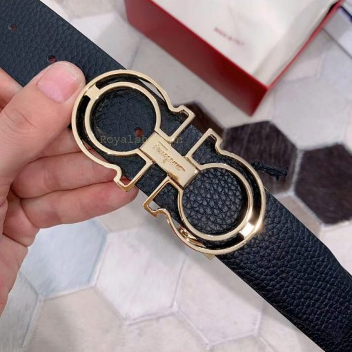 Tên thương hiệu Salvatore Ferragamo được khắc rõ nét trên mặt khóa số 8