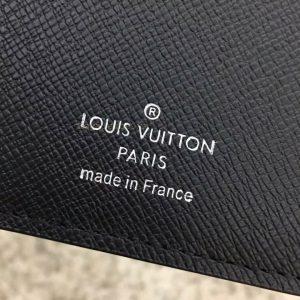 Tên thương hiệu được in gọn gàng trên da ví