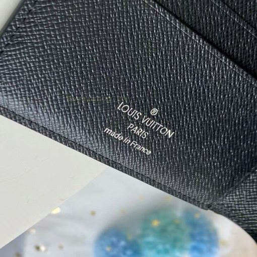 Tên thương hiệu được in lên da ví