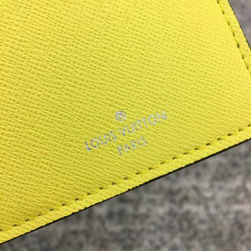 Tên thương hiệu được in phun trên da ví