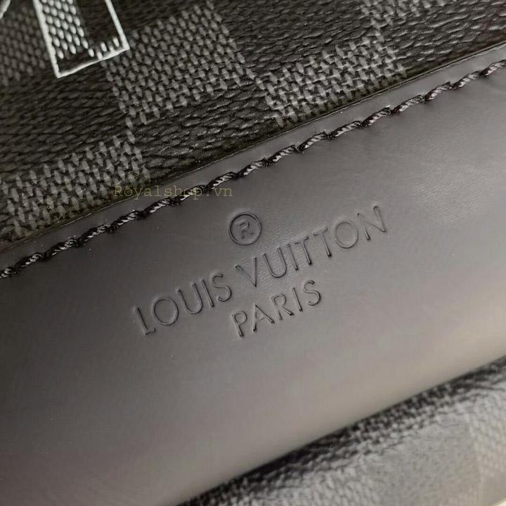 Tên thương hiệu được khắc gọn gàng trên túi đeo chéo nam