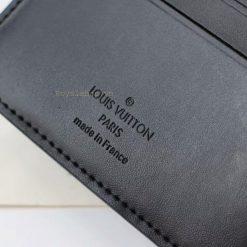 Tên thương hiệu được khắc trên da ví