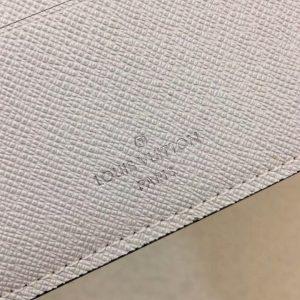 Tên thương hiệu gọn gàng trên da bóp