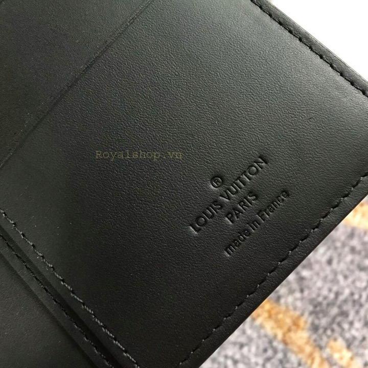 Thông tin và tên thương hiệu được dập chìm trên da ví