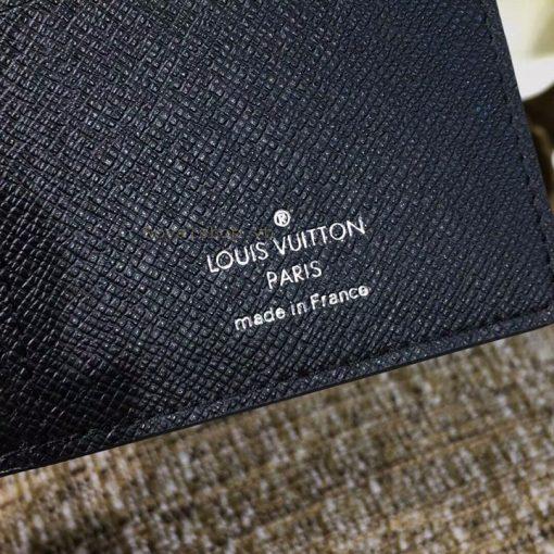 Thông tin và tên thương hiệu được in bên trong ví