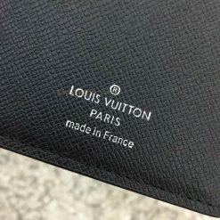 Thông tin và tên thương hiệu được in trên da ví gọn gàng