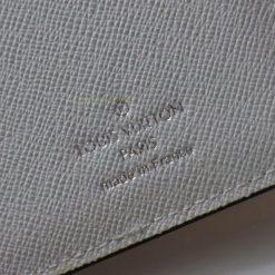 Thông tin và tên thương hiệu được khắc gọn gàng trên da ví nam