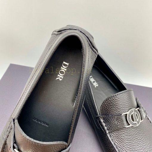 Tên thương hiệu Dior được in gọn gàng trên miếng lót giày