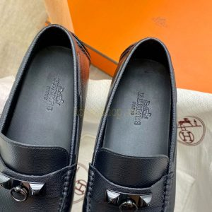 Tên thương hiệu Hermes được khắc gọn gàng trên miếng lót giày