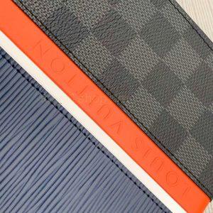 Tên thương hiệu Louis Vuitton được dập nổi trên da túi