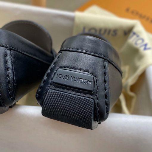 Tên thương hiệu Louis Vuitton được khắc gọn gàng trên gót giày nam LV