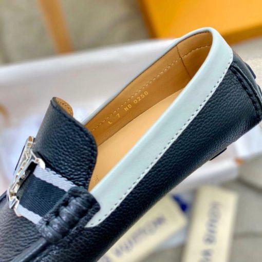 Từng chi tiết nhỏ trên giày được làm hoàn chỉnh và tinh xảo