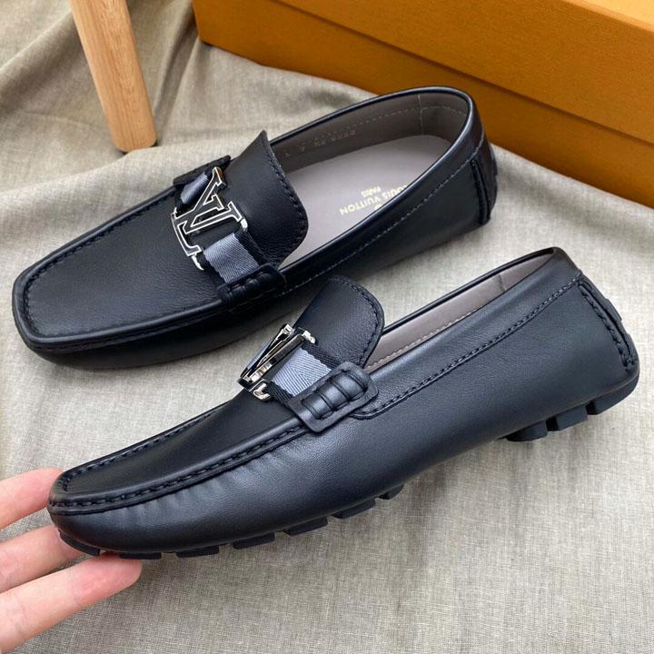 Từng chi tiết trên giày được làm tinh xảo và khéo léo