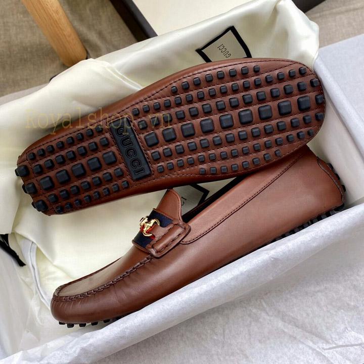 Đế giày nam được làm từ cao su chống trơn trượt