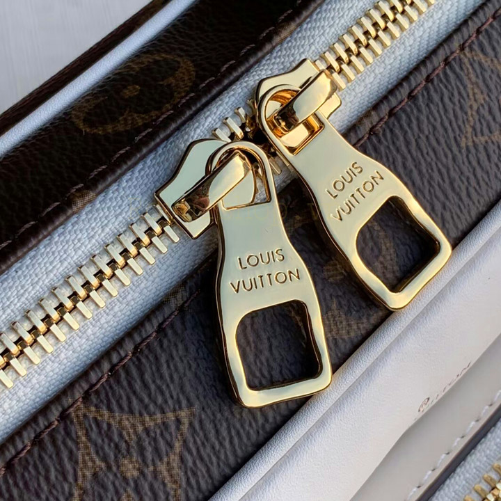 Tên thương hiệu Louis Vuitton được khắc rõ nét trên mặt khóa đôi