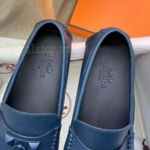 Tên thương hiệu được dập chìm gọn gàng trên miếng giày