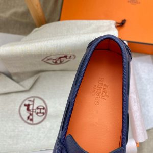 Tên thương hiệu được dập chìm gọn gàng trên miếng lót giày