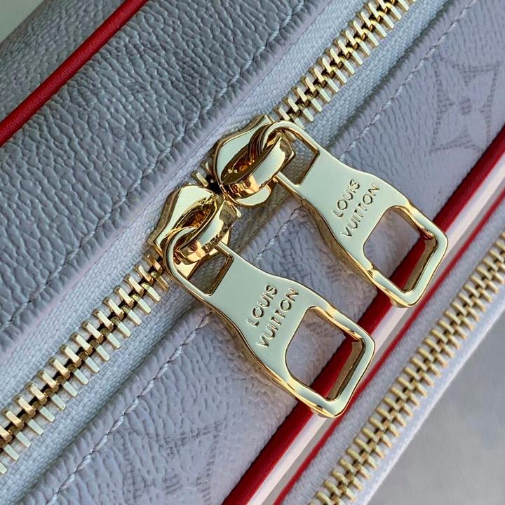 Túi nam sử dụng khóa đôi được khắc tên thương hiệu rõ nét