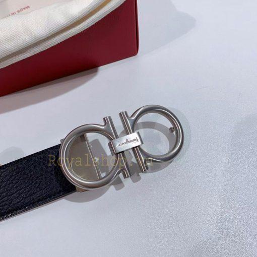 Mặt khóa được khắc chữ Ferragamo gọn gàng