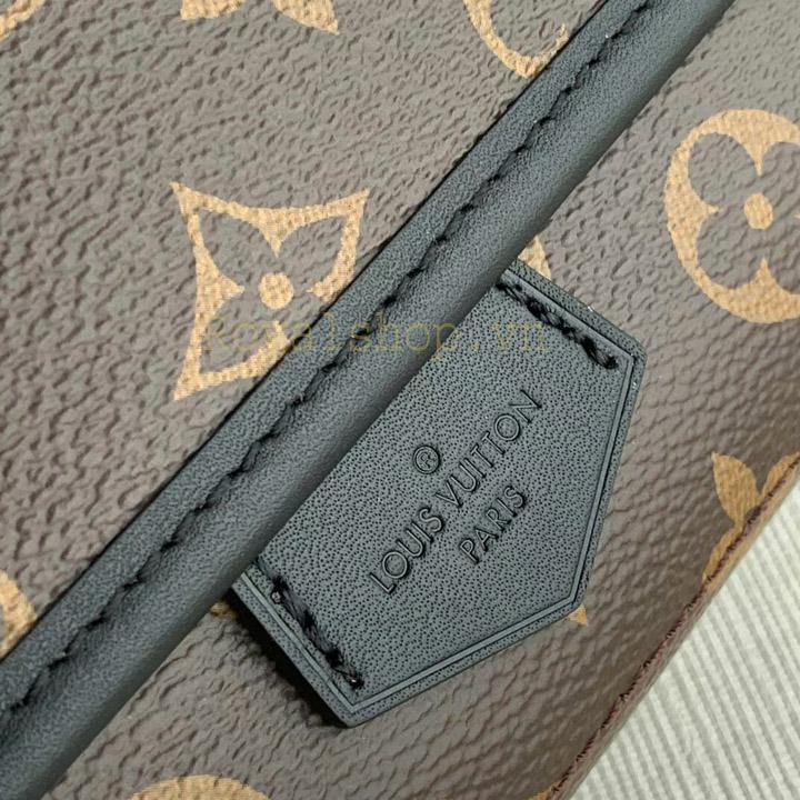 Tên thương hiệu Louis Vuitton Paris được khắc gọn gàng trên da túi