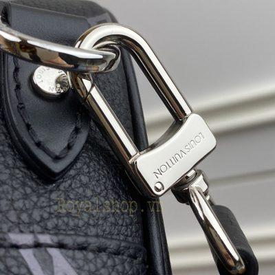 Tên thương hiêu Louis Vuitton khắc rõ nét trên móc qoai