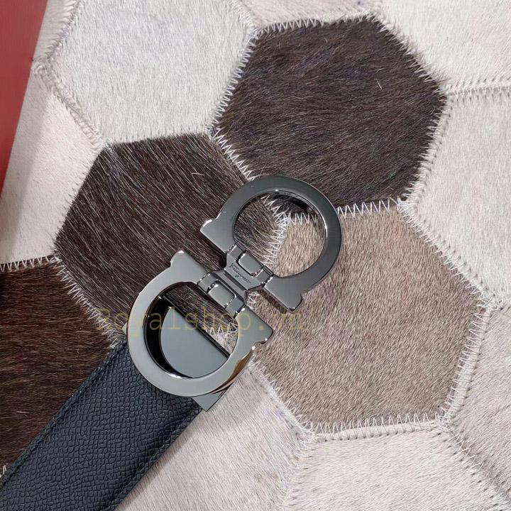 Tên thương hiệu Salvatore Ferragamo được khắc gọn gàng trên mặt khóa thắt lưng