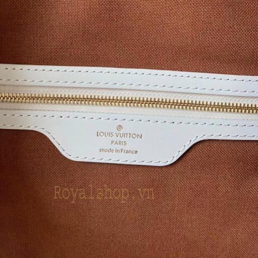 Tên thương hiệu được khắc gọn gàng trên tem da trong túi