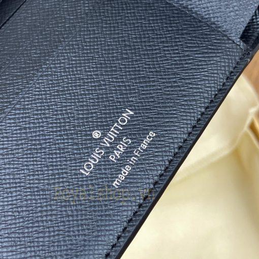 Tên thương hiệu và thông tin được in phun gọn gàng trên da ví