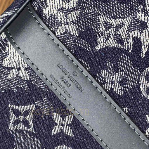 Tên thương hiệu được khắc gọn gàng trên da túi