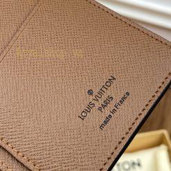 Thông tin và tên thương hiệu được in sắc nét trên da ví dài cầm tay nam LV 3069