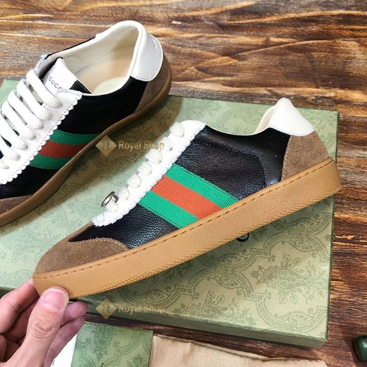 Mặt bên của giày với vải sọc
