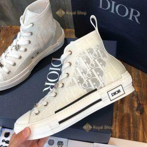 Cạnh bên của giày Dior