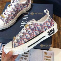 Mặt bên giày và họa tiết Dior chồng nhau tinh xảo