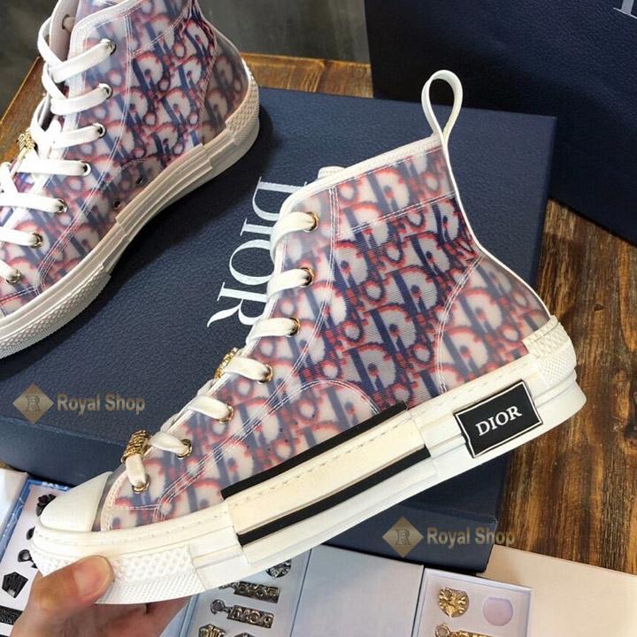 Mặt bên giày và logo Dior đen nổi bật