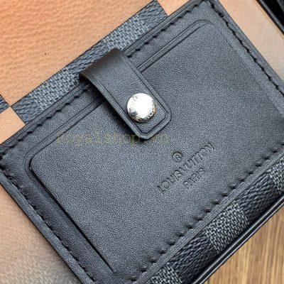 Tên thương hiệu được khắc gọn gàng trên mặt da túi