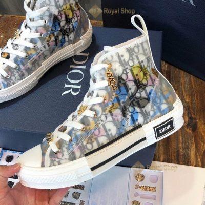 Mặt bên của giày và họa tiết chữ