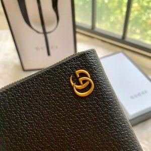 Logo GG được gắn chắc chắn bên ngoài ví dài