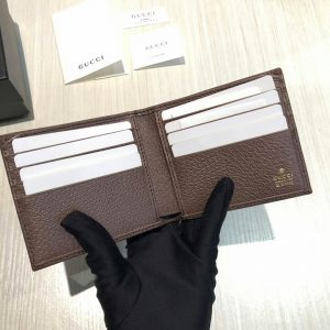 Các khe bên trong để đựng thẻ 8073
