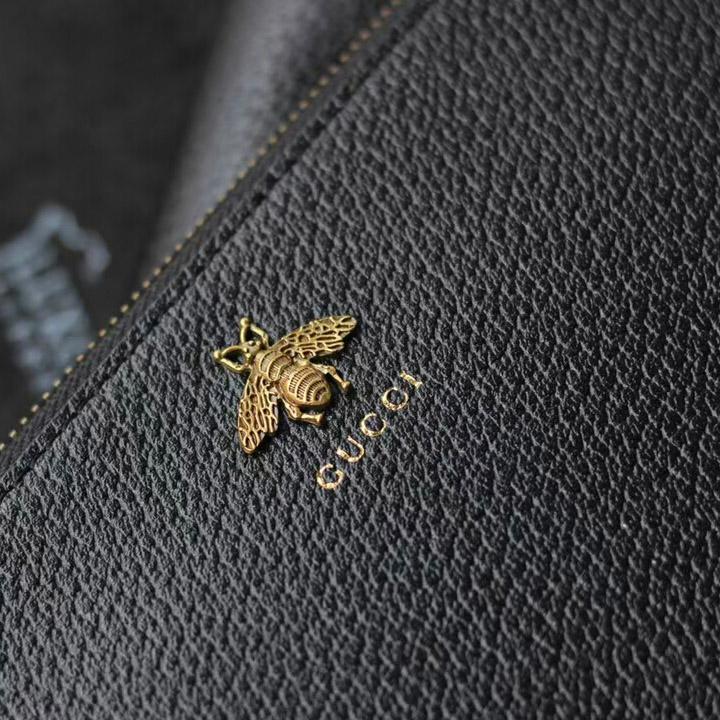 Con ong được gắn bên ngoài và tên thương hiệu Gucci in rõ nét