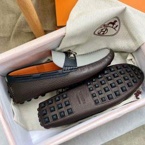 Phần đế giày được làm từ cao su đinh nổi chống trơn trượt