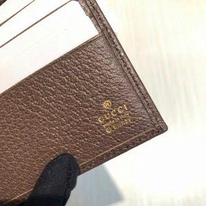 Tên thương hiệu Gucci dược khắc rõ nét mặt trong ví