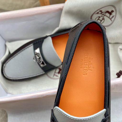 Tên thương hiệu được làm rõ nét trên miếng lót giày