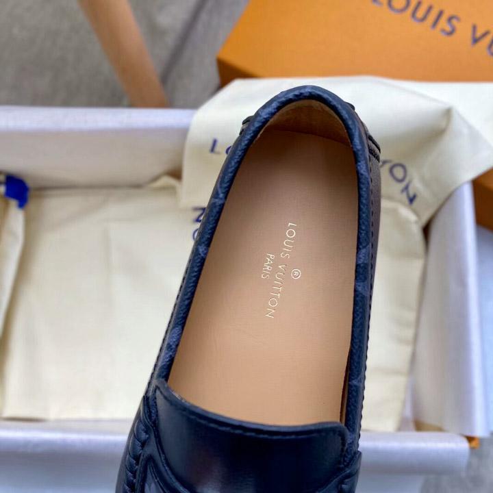 Tên thương hiệu được in lên lót giày nam rõ nét