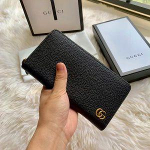 Trên tay ví dài Gucci màu đen cầm tay GCVN8075