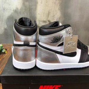 Phần gót của giày unisex được làm tinh xảo