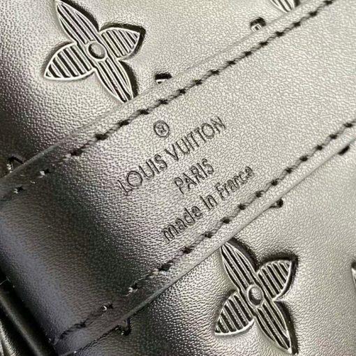 Tên thương hiệu được khắc rõ nét trên da túi