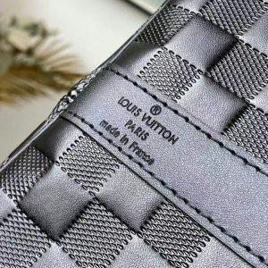 Tên thương hiệu được khắc tinh xảo trên da túi